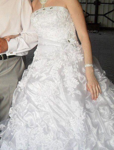 Продам или обменяю свадебное платье. Размер 40-46 на шнуровке. Платье без бретелек, цвет белый. Подъюбника нет, пришел в негодность после торжества. . Одевалось один раз.