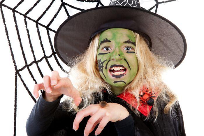 Zelf nepbloed maken en de mooiste gruwelgezichtjes met deze Halloween schmink tips! Zeker weten dat Halloween griezelen wordt op deze manier!  Ga jij je uitleven? https://www.mamsatwork.nl/halloween-schmink-nepbloed-maken/