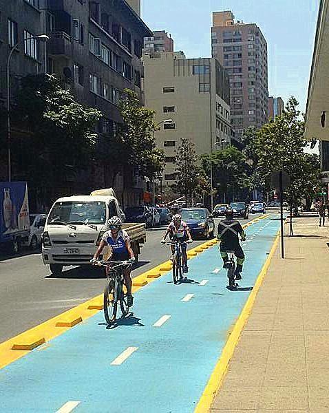 Protected bikelane in Santiago, Chile. Click image to tweet and visit the slowottawa.ca boards >> https://www.pinterest.com/slowottawa/