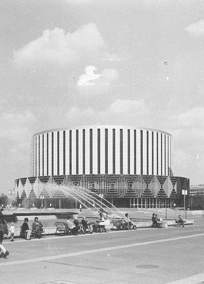 """Die Rede ist vom denkmalgeschützen, 1972 erbauten Rundkino, das seit der Jahrhundertflut 2002 weitgehend leer stand und nun auf spektakuläre Weise wieder seiner urprünglichen Nutzung zugeführt wird: Unter dem Namen """"CINEMAGNUM"""" wurde gestern das Rundkino als digitales 3D-Großformatkino neu eingeweiht. Mit einer Größe von 235 Quadratmetern ist die neue Silberleinwand laut Auskunft des neuen Betreibers die größte Kinoleinwand Sachsens"""