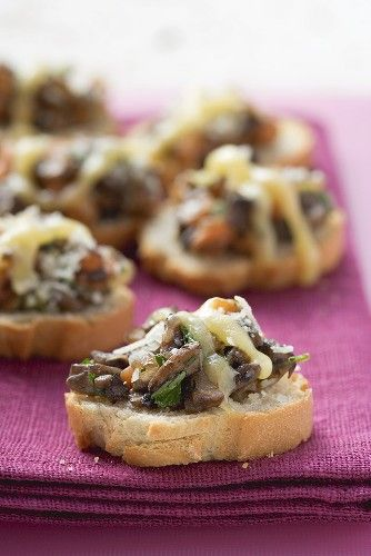 Keep your Dempster's OvenFresh Baguettes handy to make the perfect finger food friendly crostinis with your favourite toppings like in these Mushroom and Gruyere #Crostini