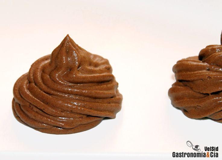 Receta de trufa para rellenar pasteles o para cubrirlos y decorarlos. Es una elaboración muy fácil de hacer, y el resultado, utilizando un buen chocolate, es una verdadera delicia por su sabor, por su cuerpo y textura. Paso a paso para hacer trufa de chocolate para rellenos o decoración de tartas y pasteles.