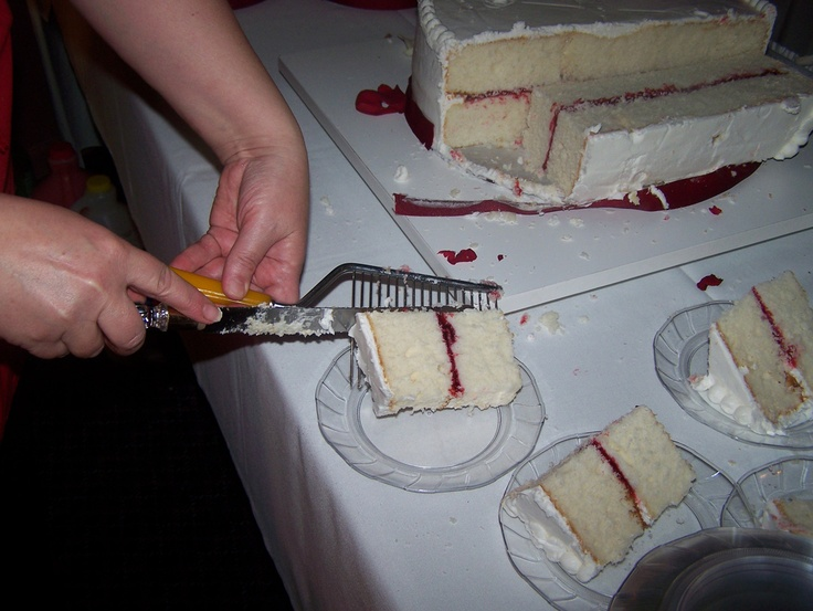 how to cut a wedding cake serve guests how to properly cut a cake hint it s not like a pie 15631