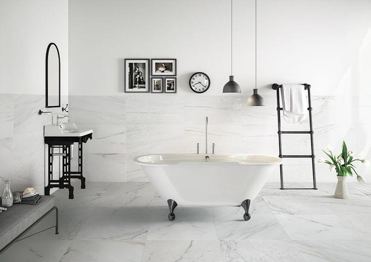 Badkamer met wit marmer met lichte adering, zowel in mat als glans ...