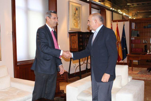 El jefe del Ejecutivo murciano recibe al decano de la Facultad de Química de la Universidad de Murcia. http://www.murcia.com/region/noticias/2014/12/03-decano-de-la-facultad-de-quimica-de-la-universidad-de-murcia.asp