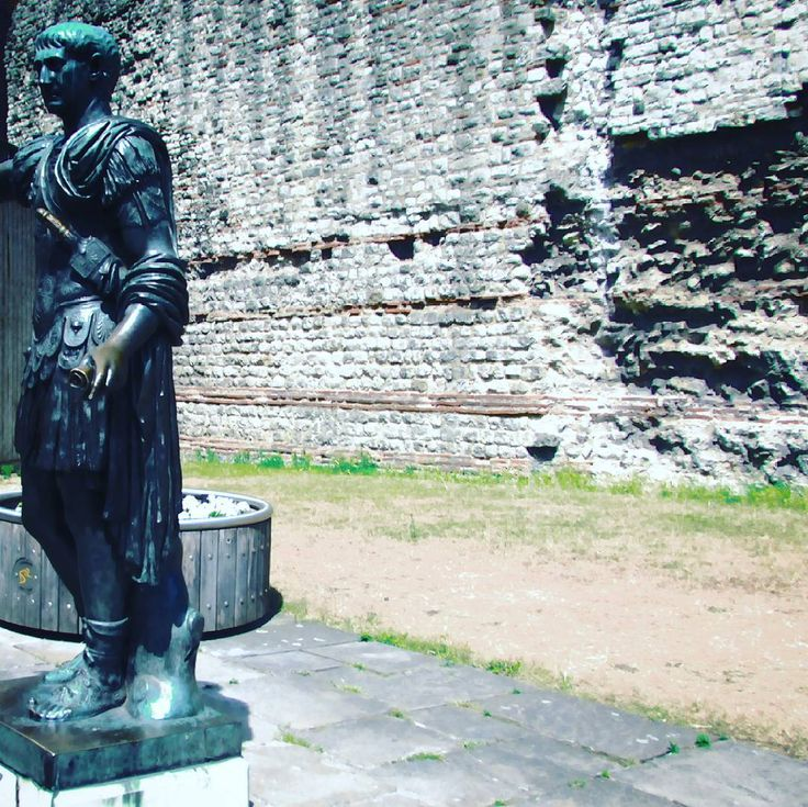On another fantastically hot day the late eighteenth century bronze sculpture of Trajan - see previous posts featuring the V&A's plaster cast of his column - at Tower Hill. Behind him a fragment of the defensive wall first built by the Romans around Londinium between 190 and 225AD. #sculpture #britishart #trajan #scultura #romanhistory #britishhistory #theromansinbritain #romanbritain #romanwall #londonwall #londinium #ancienthistory #classicalworld #190AD #225AD #towerhill #london…