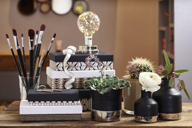 Dekotisch #dekotisch #makeuptisch #kästchen #ordnung #vasen #pflanzen
