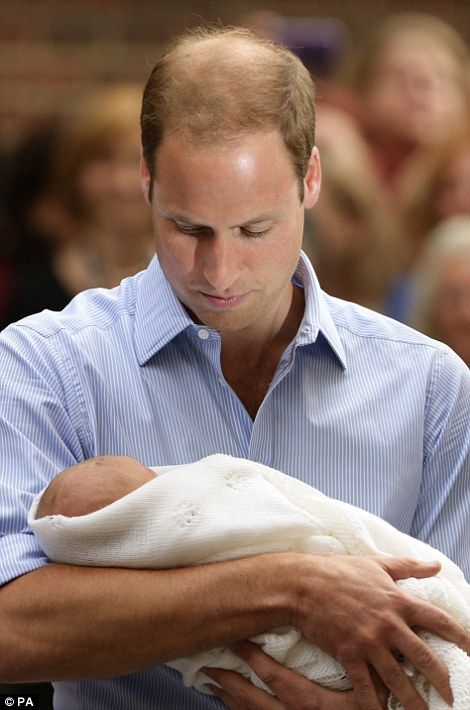 Look of love: William cannot hide the emotion on his face as the doting dad finally begins to relax  Read more: http://www.dailymail.co.uk/news/article-2375651/Hes-got-good-pair-lungs-joked-dad-Robert-Hardman-watches-Royal-baby-introduced-world.html#ixzz2ZwTQOvLF  Follow us: @MailOnline on Twitter | DailyMail on Facebook