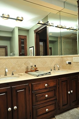 I love this bathroom.  The cabnets are so gorgeous.
