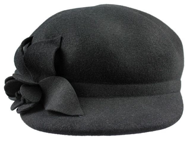 Sombrero realizado en lana con visera . Ideal para tardes de paseos por la ciudad.