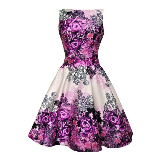 Retro šaty Lady V London Purple Rose Floral Collage Cream Retro šaty ve stylu 50. let. Nádherné a naprosto dokonalé šaty jako stvořené pro svatby, zahradní slavnosti, oslavy či večírky. Podklad krémový s lehkým nádechem lesku dodá šatům na jejich slavnostním vzhledu, výrazný do fialova laděný květinový vzor zajistí, že budete ozdobou každé akce.