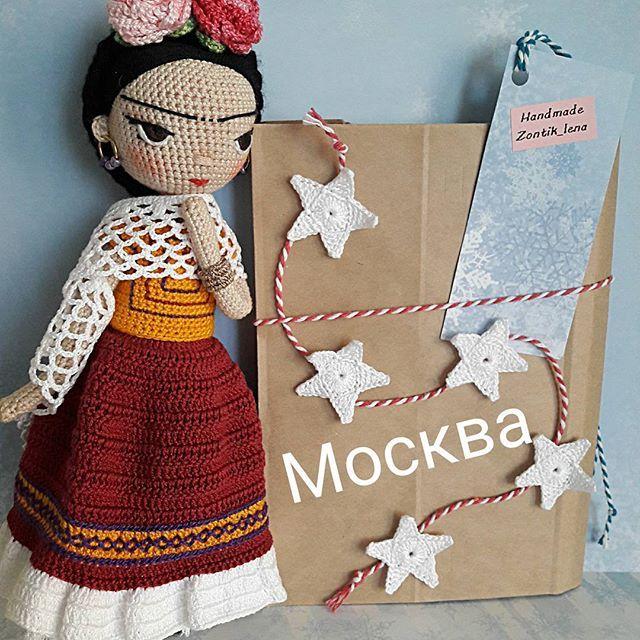 """Вечер добрый, мои дорогие, как отдохнули?  Красавица моя Фрида уехала в Москву, надеюсь будет хорошим подарком 🎁 на Новый год Татьяне, победительнице розыгрыша. Как новогоднее настроение? Уже готовитесь к празднику? Интерессно узнать, что дарите своим деткам? Мы традиционно покупаем наборы """"лего"""", и дети довольны, и для развития полезно. #zontik_lena #вязаныекуклы #crochetdoll #куклакрючком"""