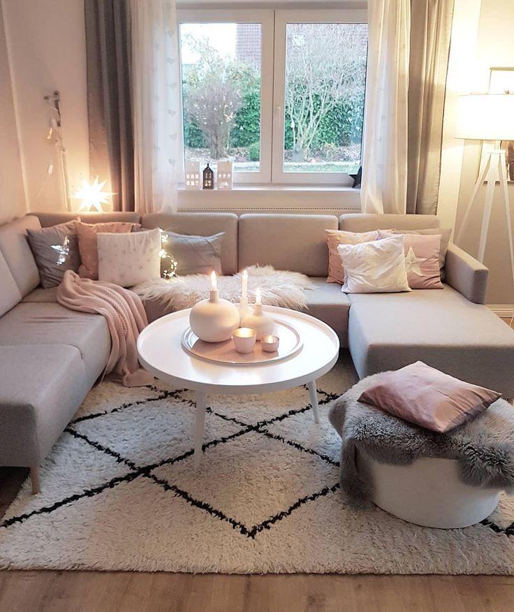 Get Cozy – Alles für ein kuscheliges Zuhause! Unser Geheimrezept für 100 Prozent mehr Gemütlichkeit im Zuhause? Einfach viele flauschige Kissen und Felle, Kerzen und Lichterketten für warmes Licht und dekorative Wohlfühl-Akzente überall – fertig ist der Cozy-Cocooning-Look zum Wohlfühlen! 📷:@sinas_home // Wohnzimmer Sofa Teppich Beni Ourain Skandinavisch Grau Vase Kerzen Weiss Kissen Rosa Couchtisch Pouf Felle Herbst Winter #Wohnzimmer #Skandinavisch #Wohnzimmerideen #Sofa #Leuchte