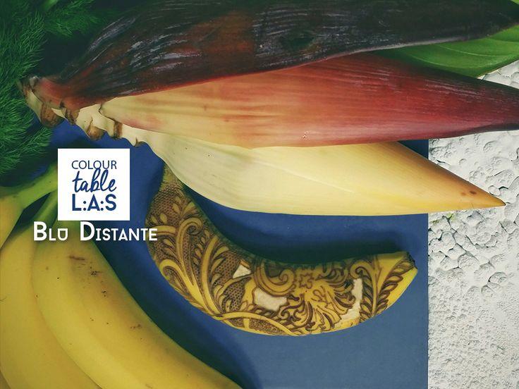 #ColourTableLAS Impossibile non richiamare lo stile tropicale per il BLU DISTANTE! Sai che il fiore della banana, detto anche cuore di banana, è commestibile? Dalla forma di una pannocchia e dal colore rosso violaceo,  è ricco di serotonina, l'ormone della felicità ed è molto usato nella cucina orientale. Saranno queste combinazioni di cibo e colore a garantire la serenità e spensieratezza, tipiche delle popolazioni tropicali?!