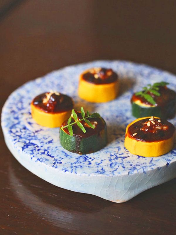 ズッキーニの色や食感を存分に味わえるネオ和食。ちょっとボリューミーに挽き肉をプラスすることで、ごはんにもお酒にも合うおつまみに。レシピはこちら