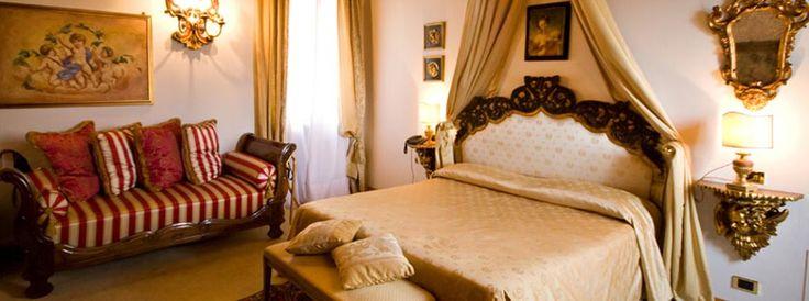 La Suite degli Angeli è un esempio di delicatezza celestiale. I veli che incoronano la testata del grande letto, sono in bianco e oro e conferiscono alla stanza un'atomosfera da favola.   La Suite degli Angeli nello stile è la più classica, un divanetto stile '800 a righe verticali beige cangianti e rosso acceso conferisce un tono più caldo all'atmosfera della stanza.   #casinodicaccia #resort #hotelroom #hotelsuite