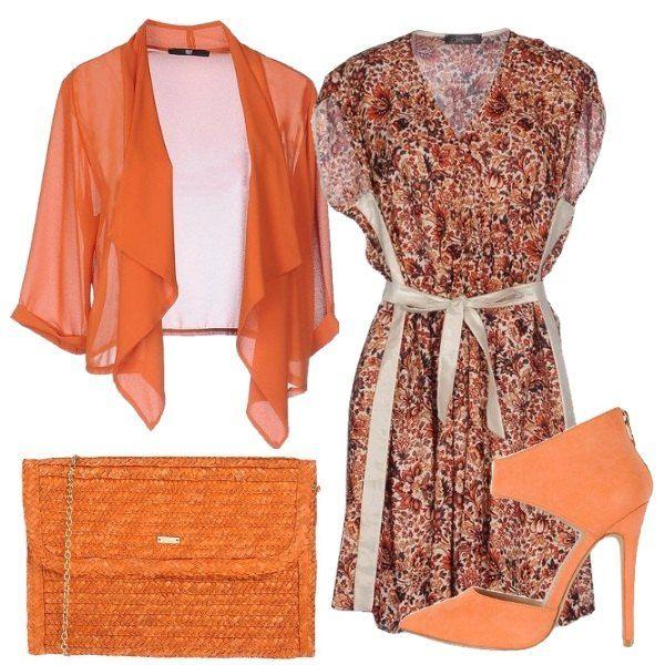 Outfit low cost composto da vestito a fiori con fiocco in vita, giacca arancione, tronchetti arancioni con tacchi alti che lasciano il collo del piede scoperto e pochette dello stesso colore in paglia e catena dorata.