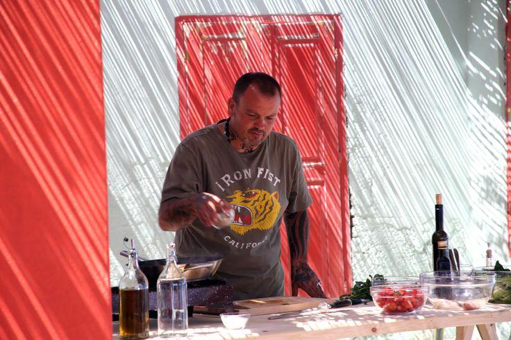 Ο Δημήτρης Σκαρμούτσος μαγειρεύει με άρωμα Ελλάδας