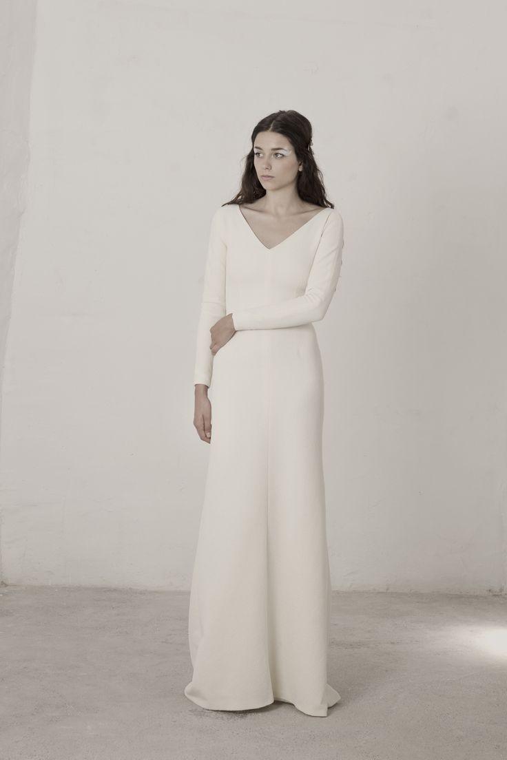 Linda de  CORTANA (Vestido con corte sirena realizado en brocado de seda y lurex elastico. Escote en V delantero y cuello caja en la parte de atrás.)