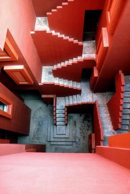 CLÁSICOS DE ARQUITECTURA: LA MURALLA ROJA / RICARDO BOFILL   La Muralla Roja, es un edificio de viviendas, dentro de la urbanización La Manzanera. El impresionante y brillante color que recubre sus fachadas exteriores e interiores, fue seleccionado para generar un contraste con la naturaleza o complementar su pureza.