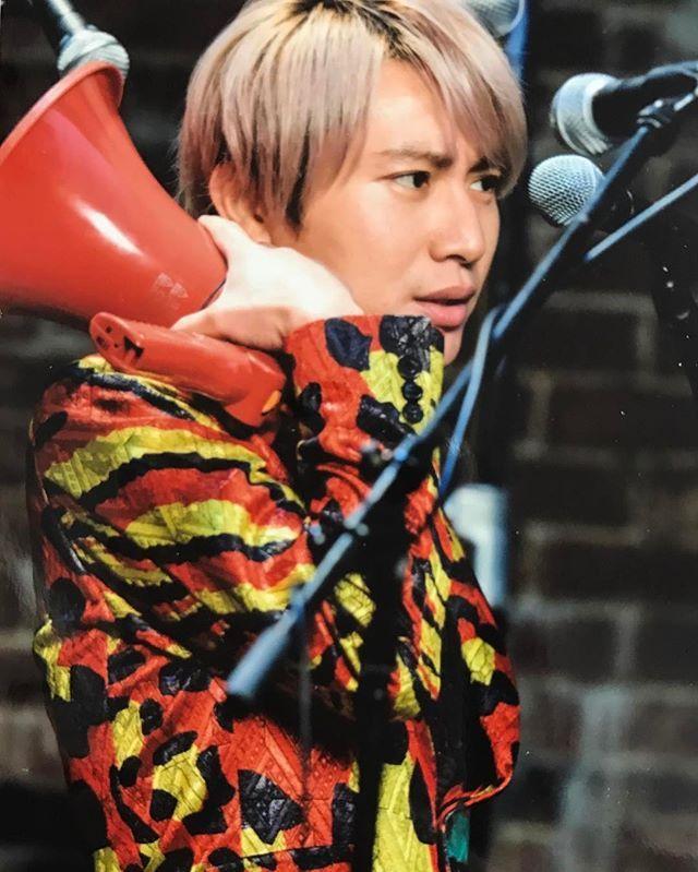 ド派手なファッションの安田章大