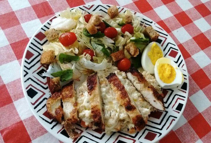 Salada com arroz cremoso, ovos cozidos e tiras de frango a milanesa. (Reaproveitamento de alimentos)