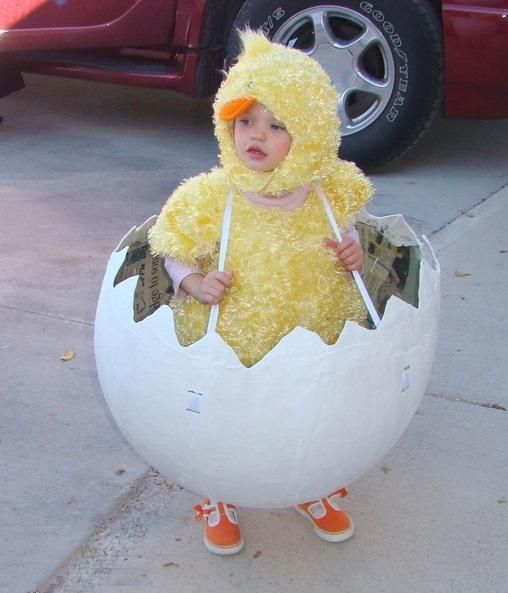 A very cute chicken and egg Easter costume.�