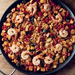 Paella z kurczakiem, warzywami (cukinią i papryką) oraz krewetkami