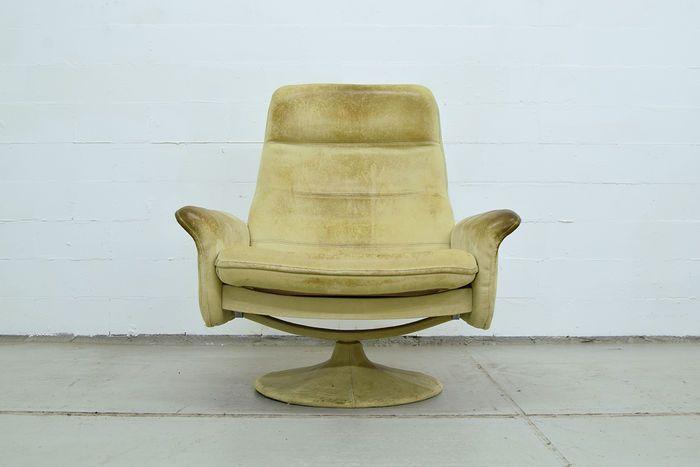 De Sede - vintage draaifauteuil  Vintage de Sede draai fauteuil.Leer wat verkleurd maar ook mooie kleur gekregen door de tijd. Wel kleurverschil door gebruik..Uiteraard slijtage plekken gezien de leeftijd. Deze stoel is uit de jaren 60.Maten zijn breedte 85 cm en hoogte 94 cm hoog. 70 cm diep. Zithoogte is 37 cm.Op te halen in mijn loods in Haarlem binnen 3 weken en transport naar het buitenland zelf regelen.  EUR 0.00  Meer informatie