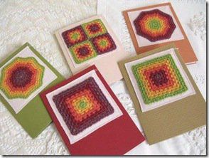 Cartões decorados com quadradinhos de crochê