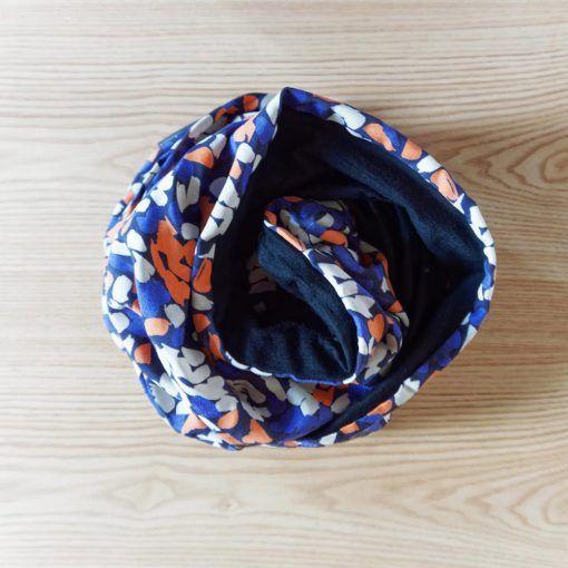 Le snood « Night lights » – Echarpe blanche, bleue et orange en laine mérinos