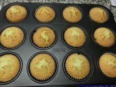 Schnell gemacht und schönes Kokosaroma. Was will man mehr? Zutaten für 16 Muffins: 150 g Butter, zimmerwarm 150 g Zucker 10 g Vanillezucker 3 Eier 1 Prise Salz 100 ml Kokosmilch 175 g Mehl 50 g Spe…
