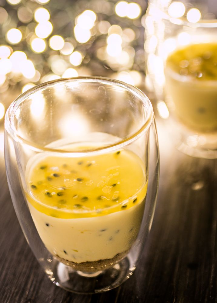 Nagerecht kerst: passievrucht cheesecake in een glas - The answer is food
