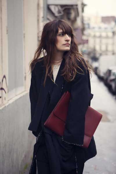 французский-шик Расслабленность проявляется и в небрежных прическах. Аккуратно уложенные волосы никак не вяжутся с образом парижанки.  А вот чистые, ухоженные и здоровые, но небрежно растрепанные волосы — отлично соответствуют духу парижского стиля в одежде.