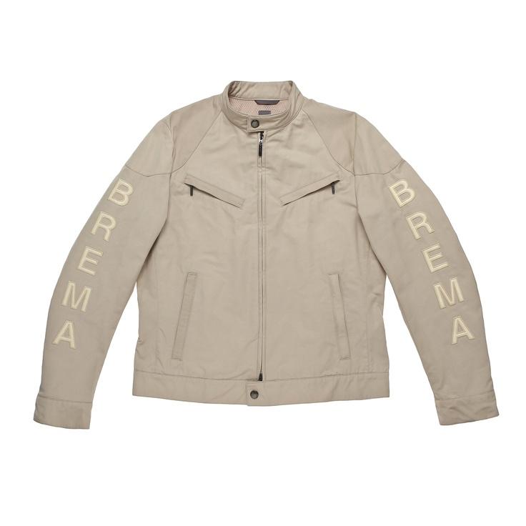 307 I/M LOGO B P. Sportività, stile e comfort sono le caratteristiche chiave di questa giacca dal taglio minimal con zip e 4 tasche, pratica e leggera. Realizzata in cotone e poliestere. Logo Brema di 36 cm in ecopelle applicato sulle maniche.