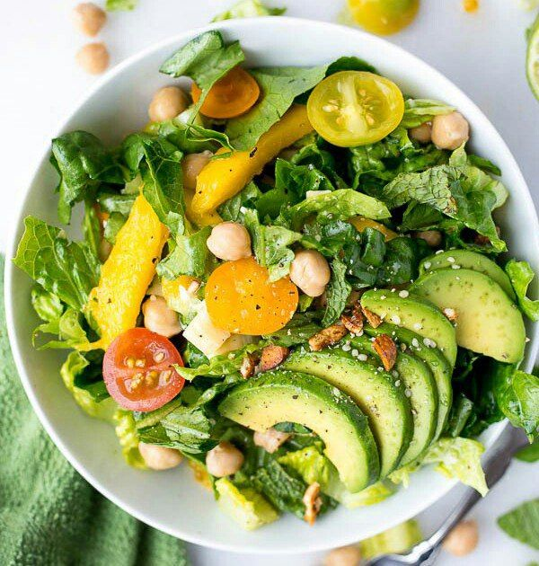 Пришедший к нам через полмира с дальних морей, салат пестрит ингредиентами. Здесь и авокадо, и ромэн, и нут, и... всё, что пожелает ваша душа!