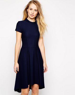 Короткое приталенное фактурное платье с высоким воротом и удлиненным краем Closet