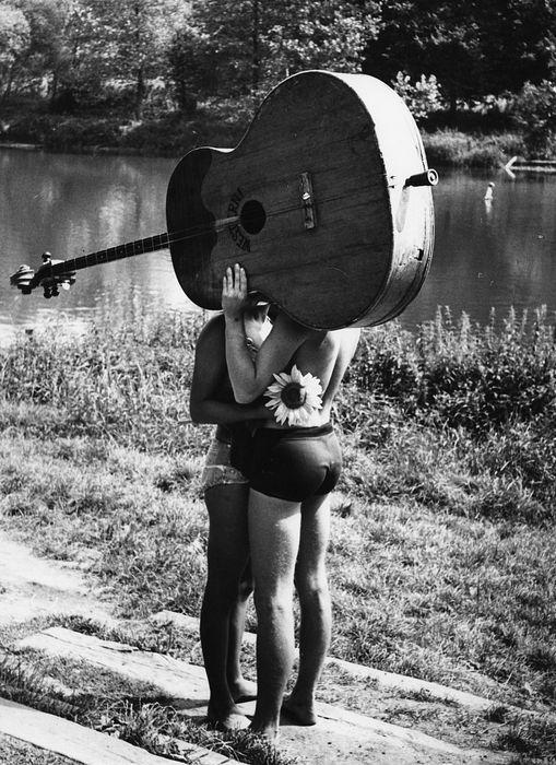 O beijo às margens do rio Sázava, na antiga Tchecoslováquia, em 1968, fotografia de Frantisek Dostal.