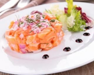 Tartare de saumon frais au citron : http://www.fourchette-et-bikini.fr/recettes/recettes-minceur/tartare-de-saumon-frais-au-citron.html