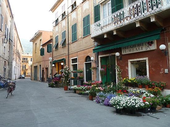 Levanto, Italy. Adoro quest'angolo! Nei pressi dell'uomo focaccina