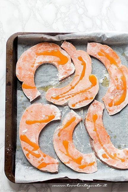 Condire la zucca con un filo d'olio - Ricetta Parmigiana di zucca