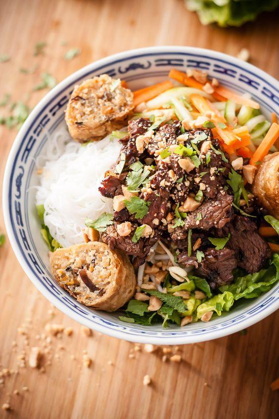 Le bo bun, ou vermicelles de riz au bœuf sauté. Un plat complet, frais, parfumé, diététique et léger, aux textures à la fois tendres et croquantes .