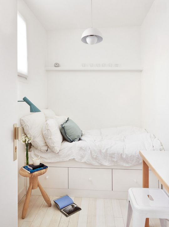 einfaches, schlicht, weißes, kleines Schlafzimmer background