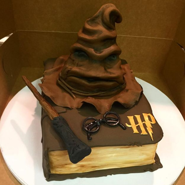 This Sorting Hat all Harry Potter fans will fall in love with. | 22 Magical Cakes All Book Lovers Will Appreciate