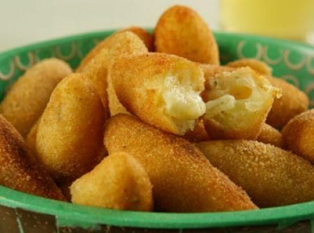 Bolinho de Mandioca e Queijo - Veja como fazer em: http://cybercook.com.br/receita-de-bolinho-de-mandioca-e-queijo-r-13-107160.html?pinterest-rec