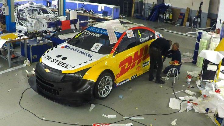 """So schnell wird aus Tom Coronels """"nacktem"""" Chevrolet Cruze TC1 ein bunter Blickfang foliert Tom Coronel startet dieses Jahr mit einem neuen Look in die WTCC-Saison. Waren früher Blau, Weiß ... weiterlesen"""