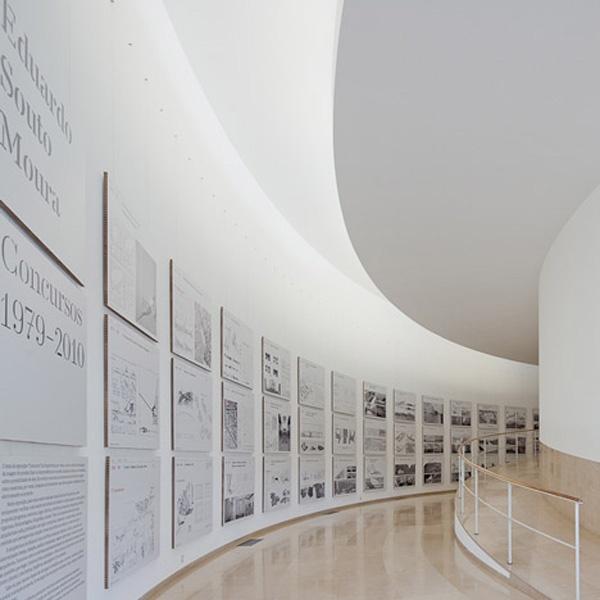 """FAUP - Desenho da exposição """"Eduardo Souto de Moura - Concursos 1979-2010"""" distinguido com o Gold Award dos European Design Awards 2012"""