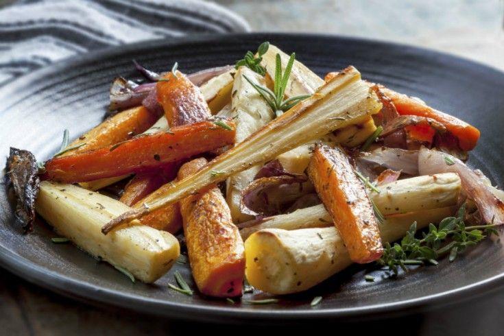 Een simpel, maar lekker winters bijgerecht met geroosterde bospeen, pastinaak en zoete aardappel. Weer eens wat anders, en ook prima als vervanger voor aardappels of pasta. Verwarm je oven voor op 200 graden. Schil de worteltjes, aardappels en pastinaken. Halveer de smallere gedeeltes, en snijd de rest inparten zodat je stukken van gelijke dikte hebt. …