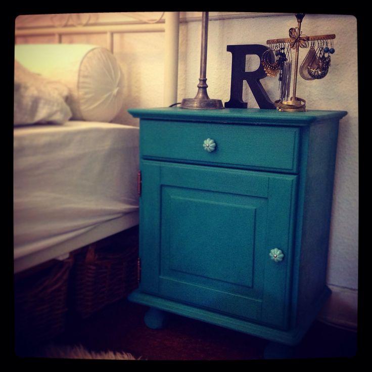 Romantisk sengebord i petrolium farvet