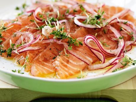Gravad lax med stuvad potatis och syrad rödlök Receptbild - Allt om Mat